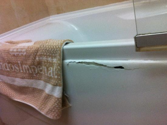 โรงแรมลินดอส อิมพีเรียล: the crack in the bath