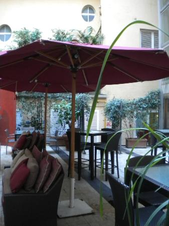 Fortyseven Hotel Rome: Hotel Courtyard - a great place to relax