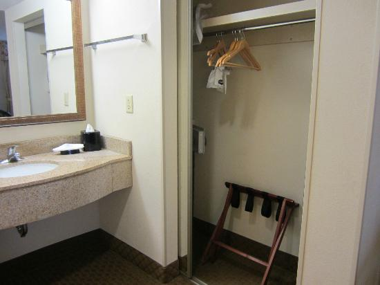 Hampton Inn & Suites Outer Banks / Corolla: sink & closet