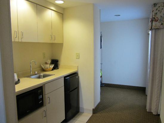 Hampton Inn & Suites Outer Banks/ Corolla: kitchenette