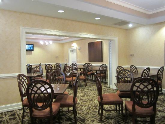 Hampton Inn & Suites Outer Banks/ Corolla: dining area