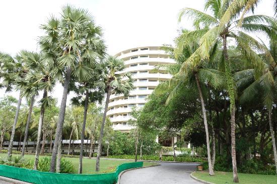 Hilton Phuket Arcadia Resort & Spa : 客室ビルディングは丸型