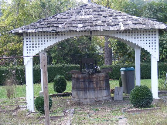 Gordon-Lee Mansion: A little well in the garden in back of the mansion