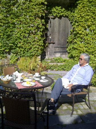 La Maison Pierre du Calvet: Hubby enjoying breakfast in the garden