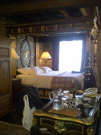 La Maison Pierre du Calvet: Our amazing bed in room 9