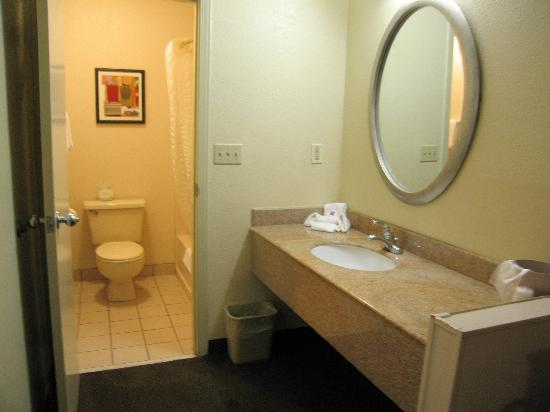 Motel 6 Dayton Englewood: Room 156 counter area - lots of space