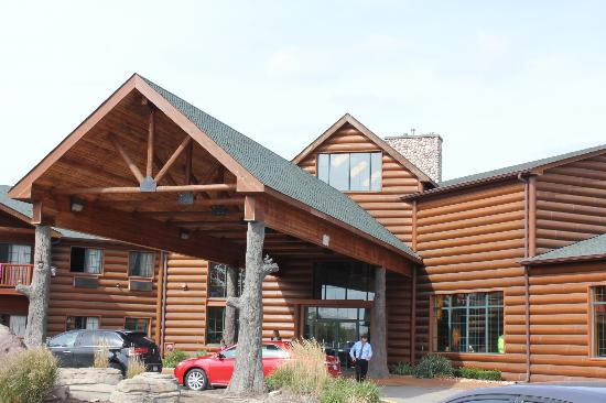 Grizzly Jack's Grand Bear Resort: As we walked up to check in.