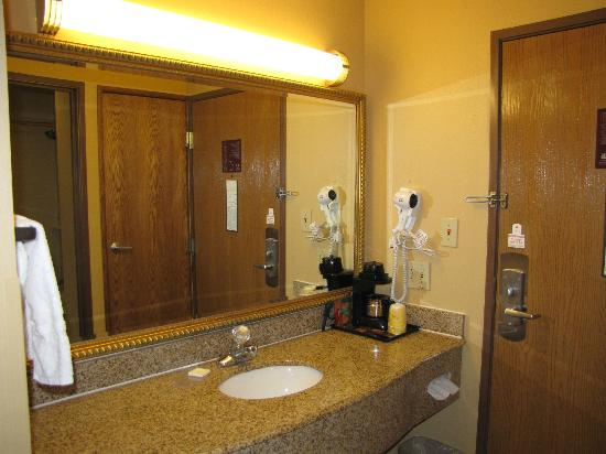 La Quinta Inn & Suites Lafayette: Sink area is by the room door