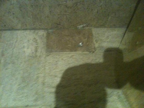 Sheraton Mexico City Maria Isabel Hotel: Trash found on bathroom flor, was still there 2 days later 