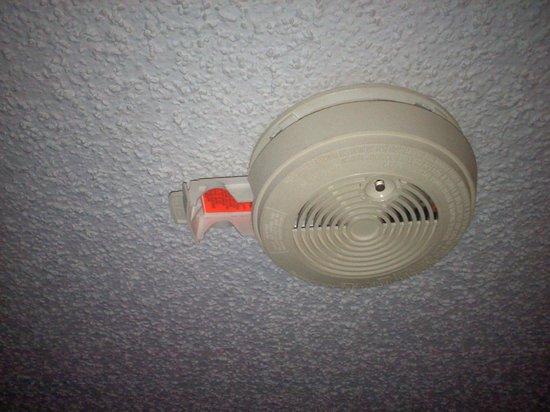 Super 8 Hartford WI:                   Missing battery in smoke detector