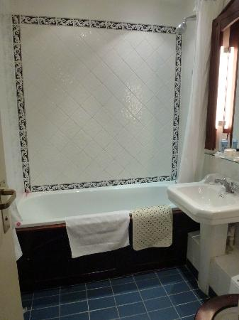 London Lodge Hotel: Bathroom