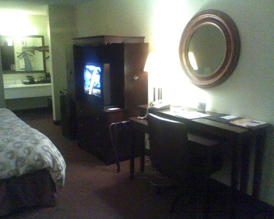 Clarion Inn: TV, desk
