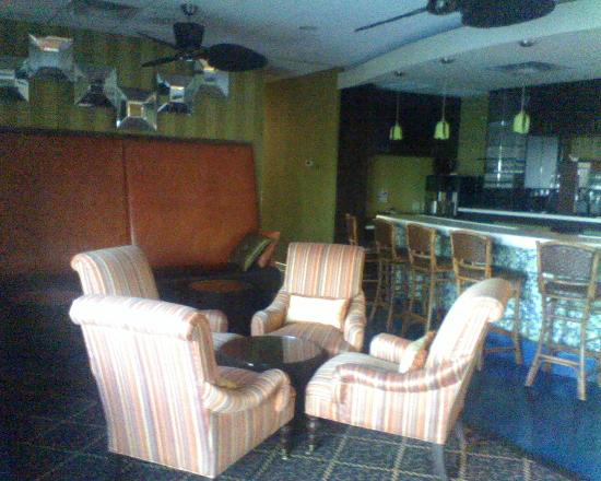 Clarion Inn: Bar area, breakfast area