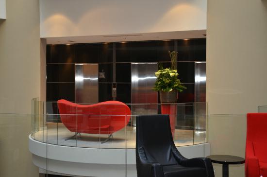 Sofitel Brussels Europe: Hotel Lobby - looking at elevators