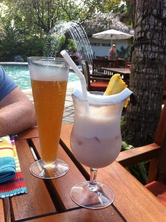 كاست أواي أيلاند فيجي: Cold beer and delicious mocktail siting by the pool having lunch 