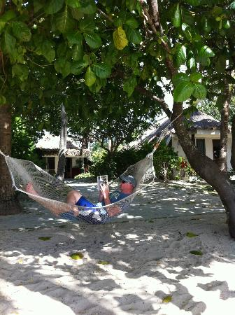 ‪كاست أواي أيلاند فيجي: read away the day laying in your hammock