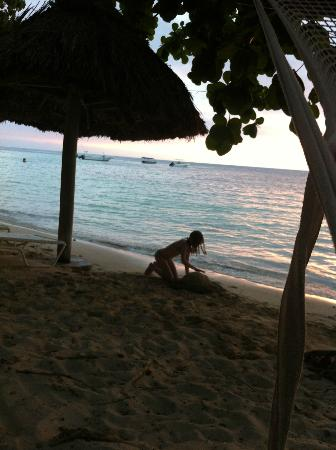 Castaway Island Fiji : building sandcastles on the beach as the sun sets
