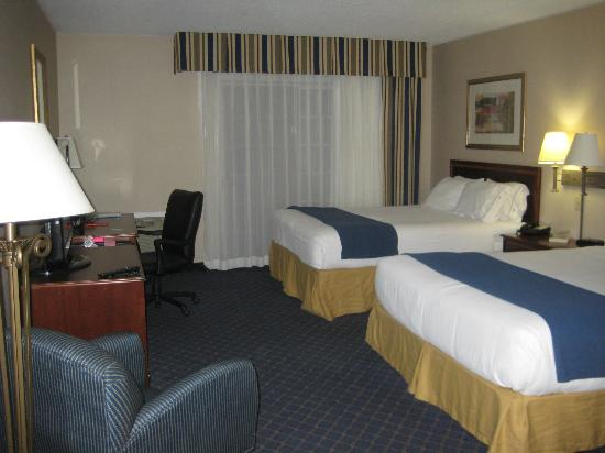 Holiday Inn Express Des Moines/Drake University: beds