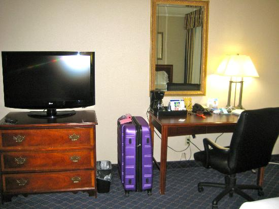 ‪‪Holiday Inn Express Des Moines/Drake University‬: Desk and t.v.
