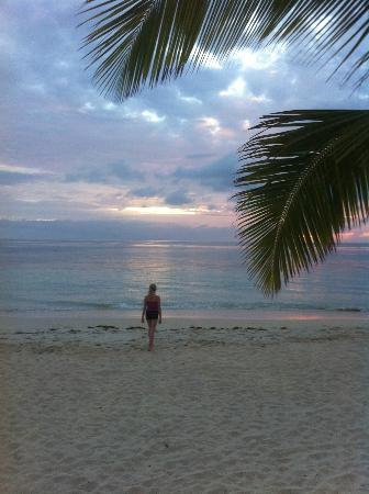Castaway Island Fiji: stroll on the beach as the sun sets