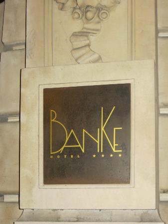 Hotel Banke: Sign on the outside door. 