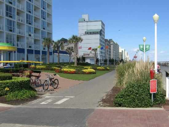 Boardwalk Resort Hotel and Villas: Bike path on Boardwalk