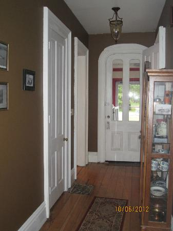 Amanda's Bequest - A Heritage Immersion Bed & Breakfast: Front Hallway/Entry