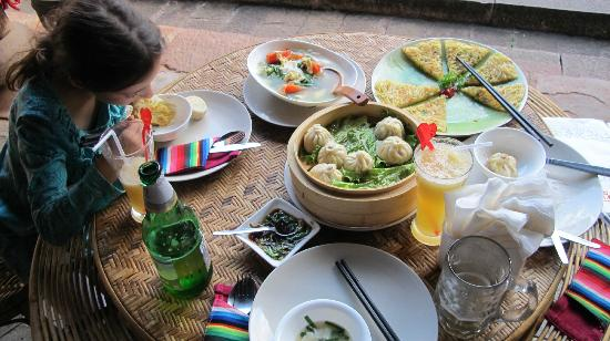 Shaxi Laomadian Lodge: Our delicious spread in a gorgeous setting!