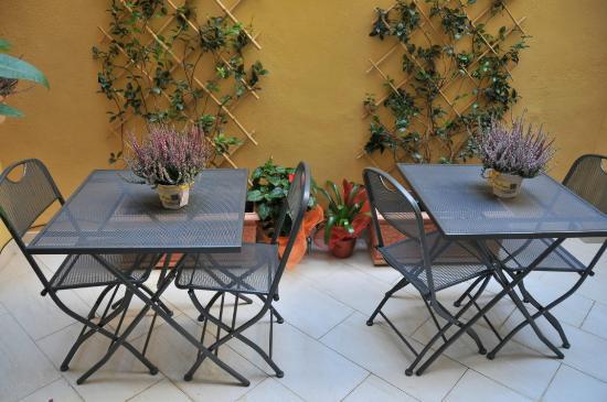B&B Roma Borgo 91 - i due tavolini della terrazza