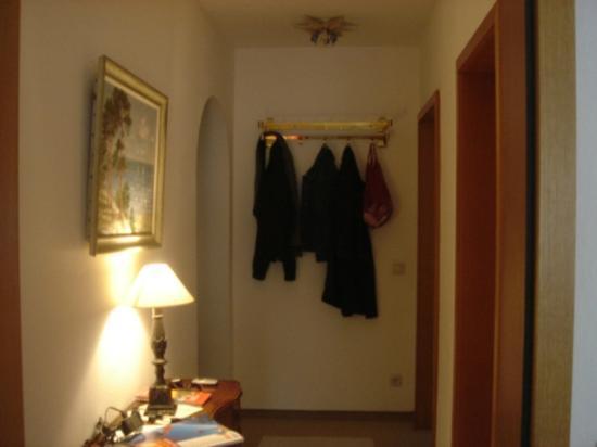 Ganser Alpine Apartments: Hallway with coat hangers