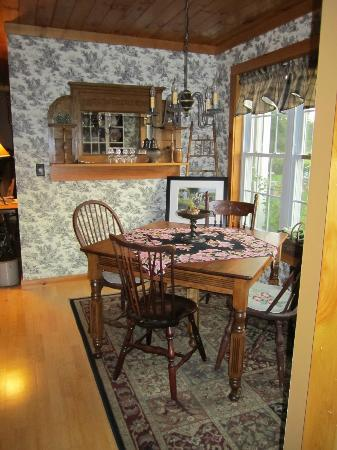 Cliff Haven Farm B&B: One of the two dining tables