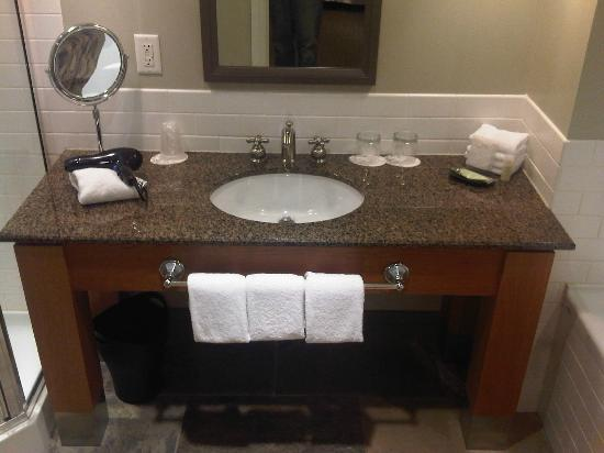 Westin Bear Mountain Victoria Golf Resort & Spa: Ensuite, granite...nice
