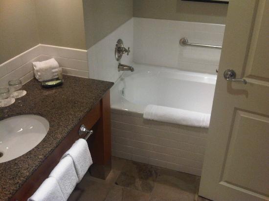 Westin Bear Mountain Victoria Golf Resort & Spa: Ensuite bathroom, nice!