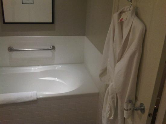 Westin Bear Mountain Victoria Golf Resort & Spa: Big tub and another robe