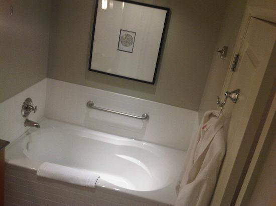 Westin Bear Mountain Victoria Golf Resort & Spa: Nice big tub, I almost fit in it....I'm a really big guy so if you are normal you can swim in it