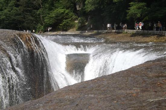 Fukiwarenotaki Fall: 前半は川に沿って歩きます