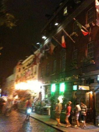 Oliver St. John Gogarty's Hostel: Street view. Rooms are where the flags are. That street fills up with people late at night party
