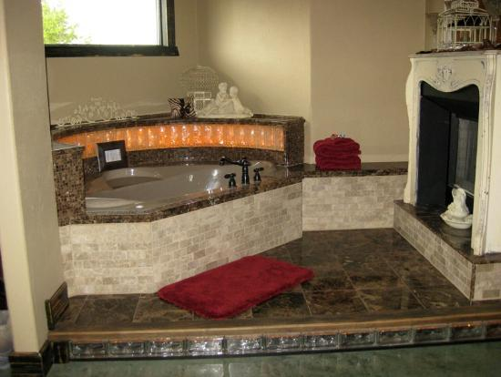 Cat's Meow Bed & Breakfast: Catseye jacuzzi area