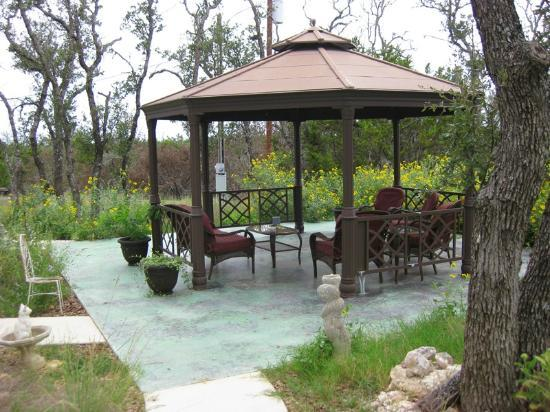 Cat's Meow Bed & Breakfast: Gazebo