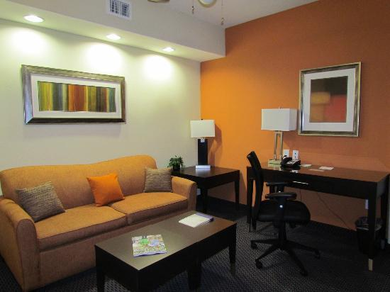 SpringHill Suites by Marriott Waco Woodway: Den area in rooms