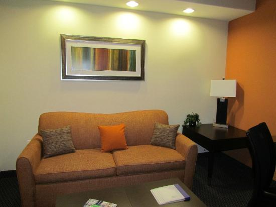 SpringHill Suites by Marriott Waco Woodway: Couch in Suite