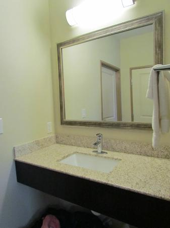 SpringHill Suites Waco Woodway: Extra vanity in sleeping area of suite