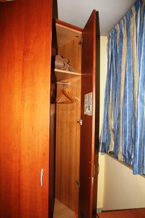 Hotel Ciutat de Sant Adria: Closet enough space