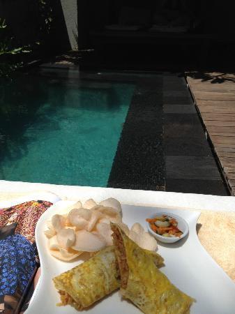 Ko-Ko-Mo Resort: Breakfast of egg omelette and nasi goreng