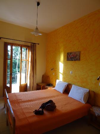 Hotel Thalia Palekastro: la nostra camera, questa ha letti gemelli ma vicini, la numero 3. un terrazzino vista giardino!