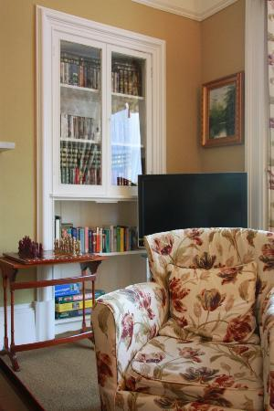 Annfield Guest House: TV Time, Lotsa Books