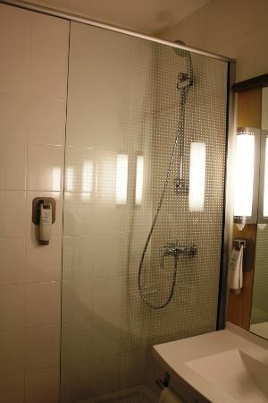 Hotel Ibis Lisboa Jose Malhoa: Spacy shower