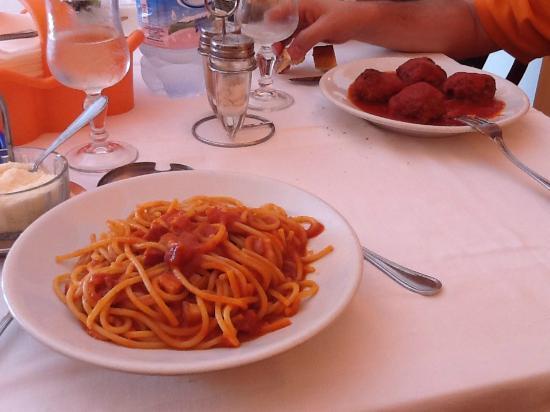 Trattoria Scordia: Spaghetti alla Matriciana e Polpette al sugo.