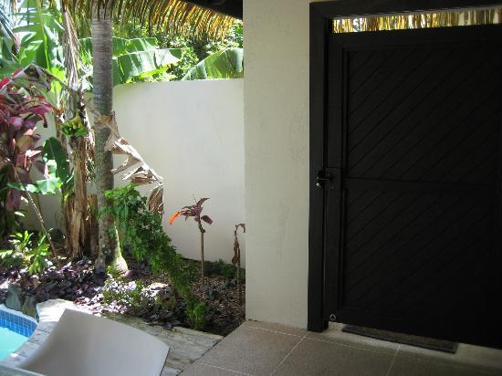Rendezvous Villas: Front gate