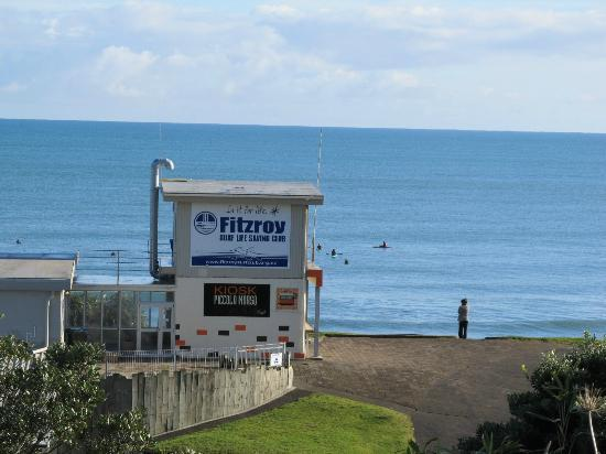 Fitzroy Beach Motel: Zoomed beach view from outside motel